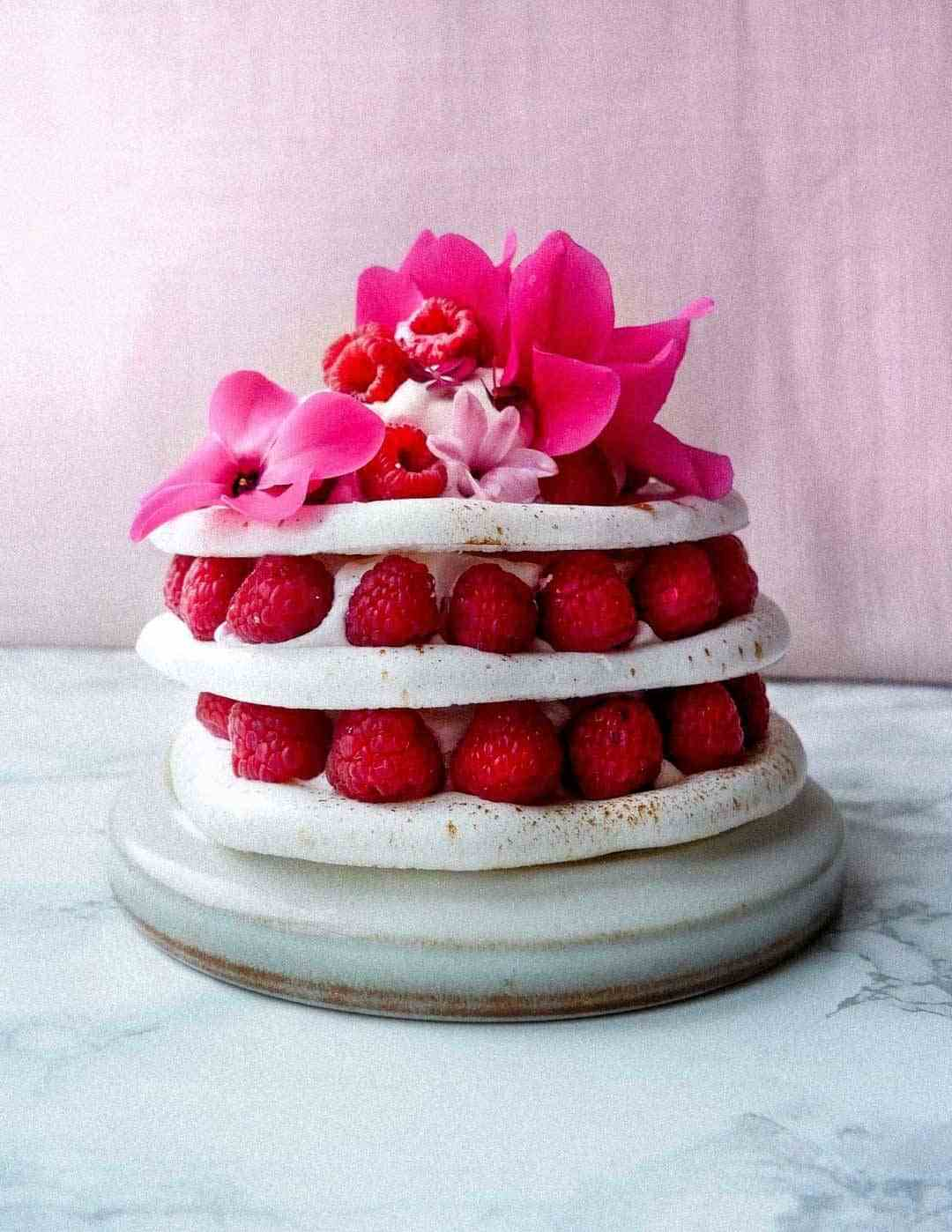vegan meringue cake raspberries
