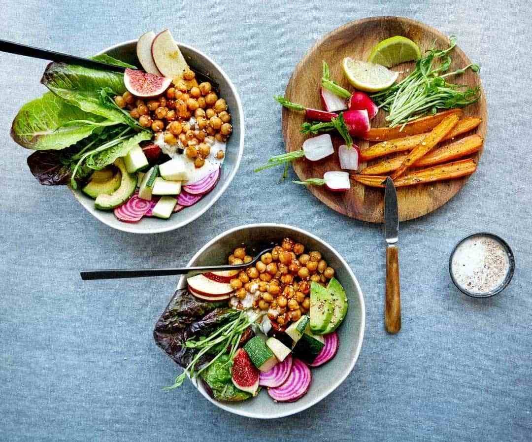 Salad bowls with spicy chickpeas