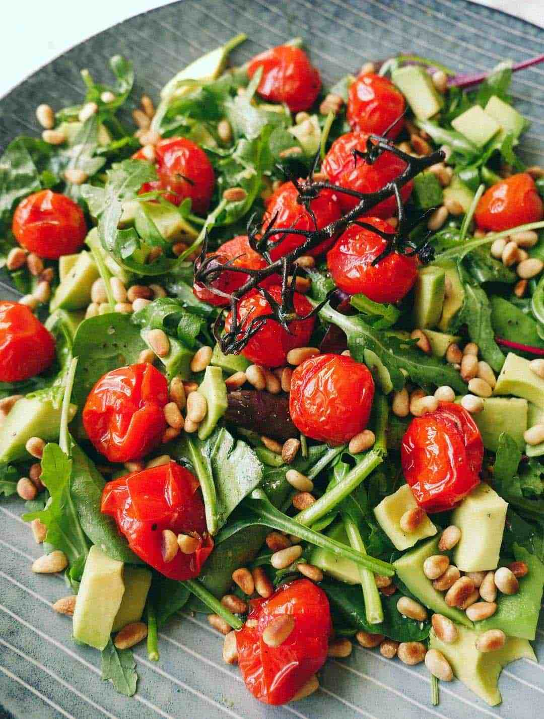 Rucola salad with pine nuts and baked tomatoes