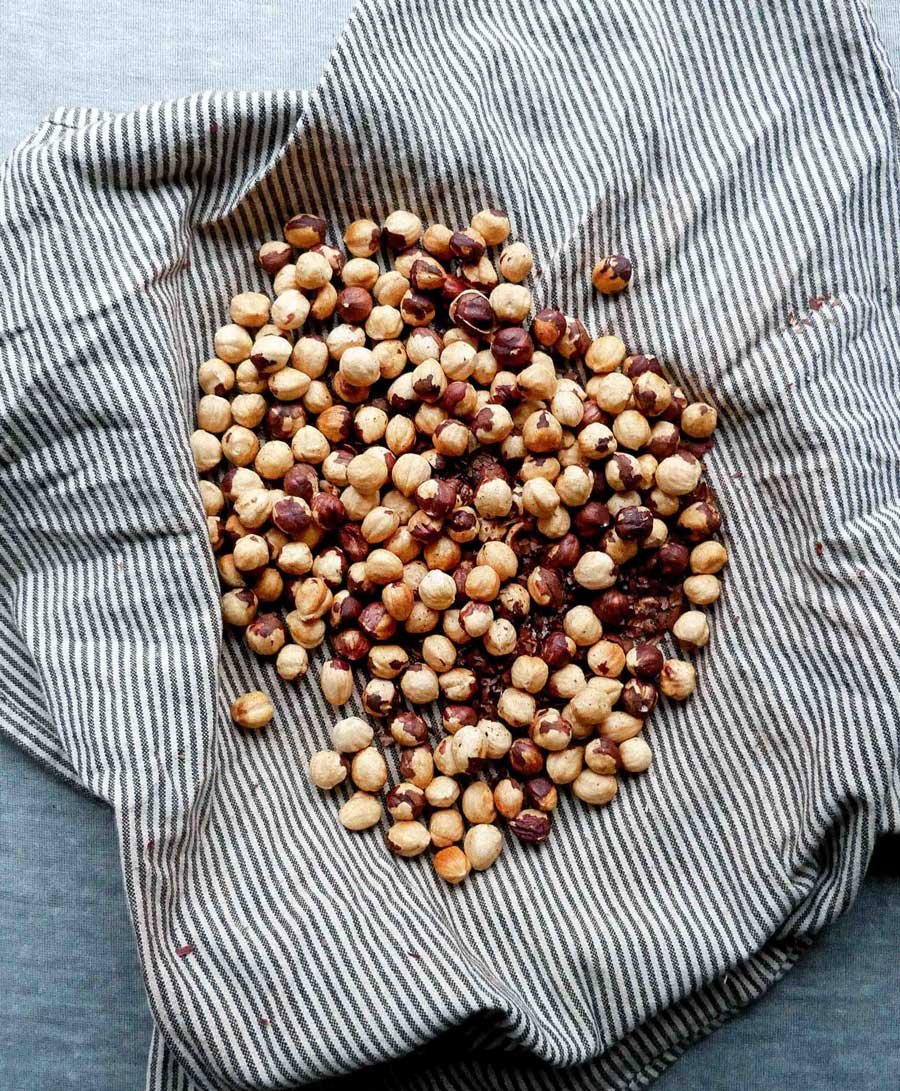 How to toast and skin hazelnuts