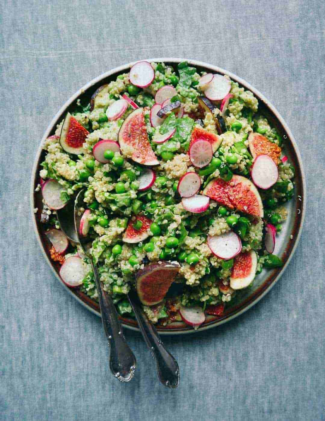 Fig salad with quinoa and avocado cream