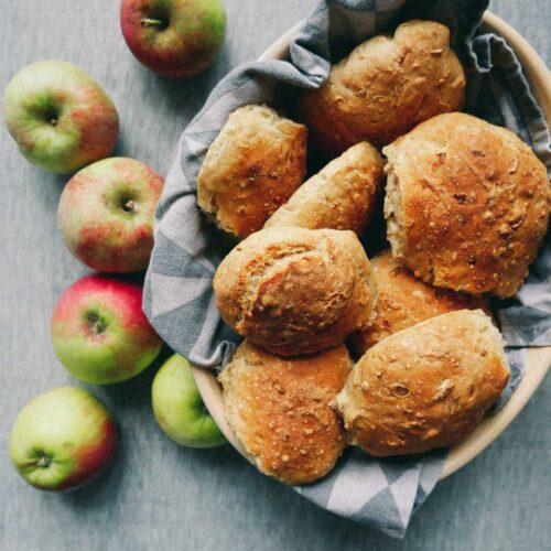 opskrift på boller med revet æble og kanel