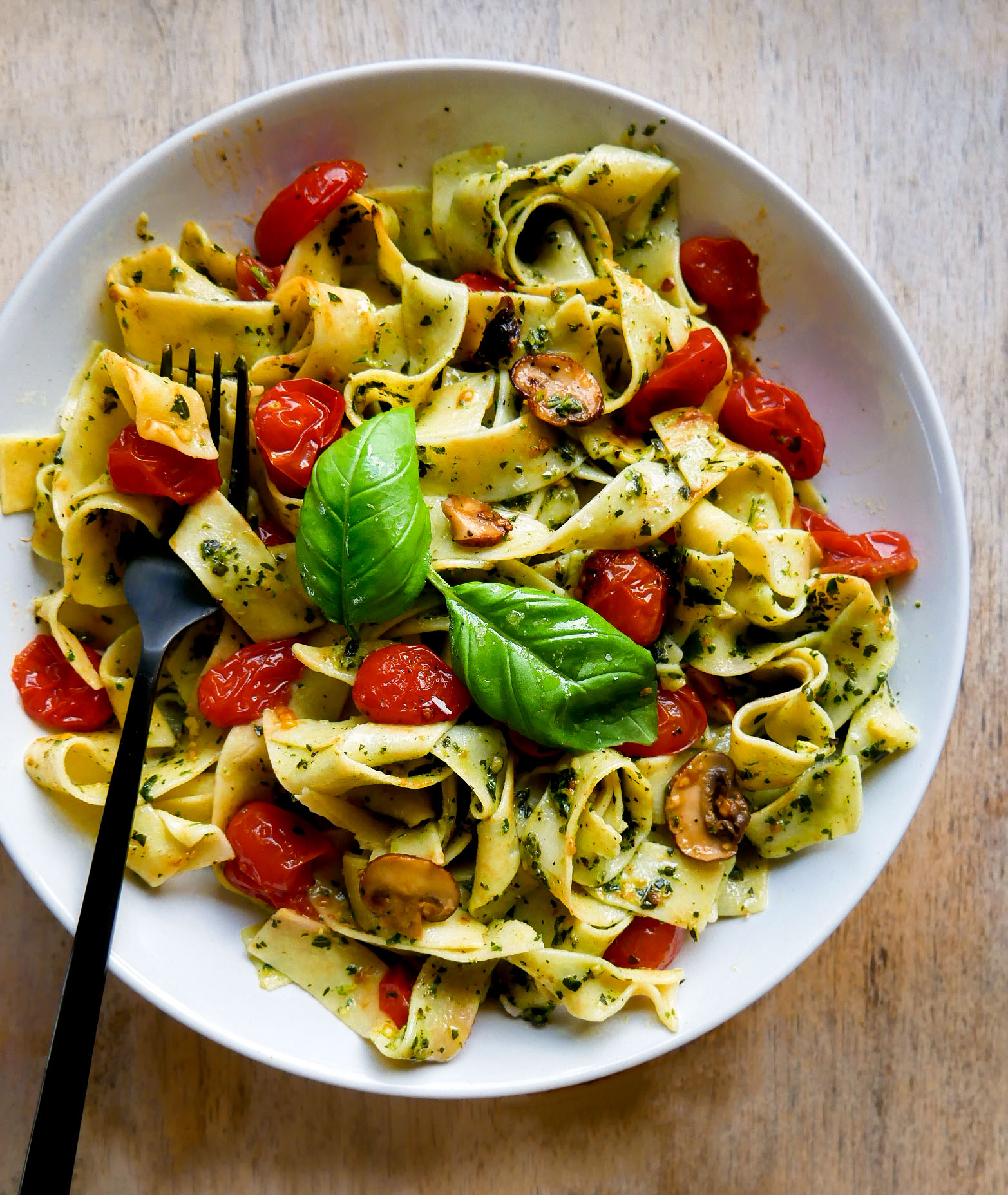 Easy Pappardelle Pasta with tomatoes and pesto